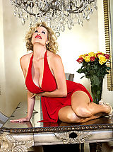 Kelly celebrates her B-day in a red Marilyn dress.